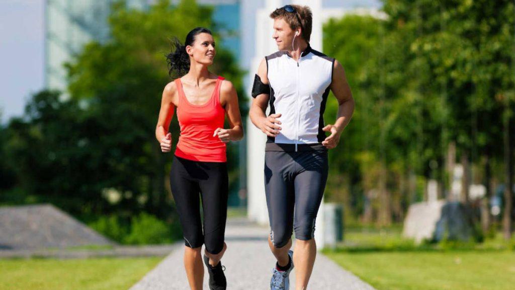Dos personas corriendo en verano