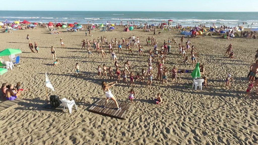 playa con gente